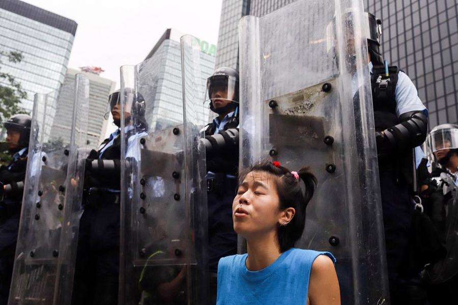Biển người biểu tình vây tòa nhà nghị viện Hong Kong - Ảnh 16.
