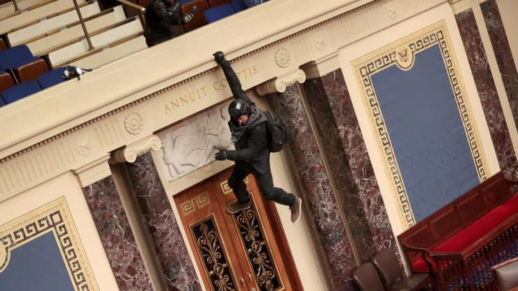 Chùm ảnh người biểu tình thân ông Trump tấn công tòa nhà Quốc hội Mỹ - Ảnh 19.