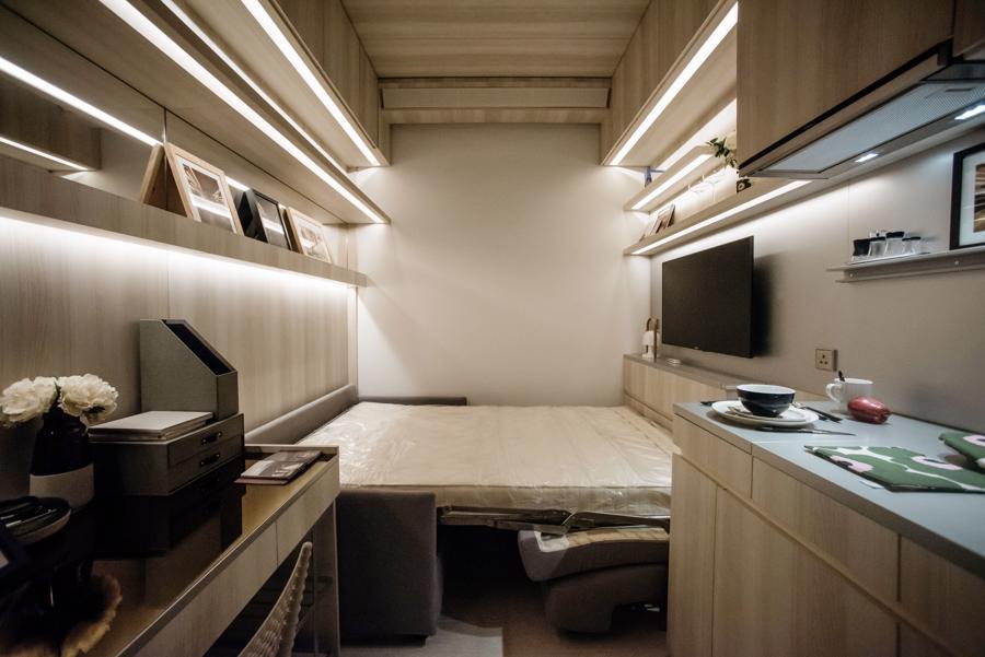 """Chưa rộng bằng hai chỗ đỗ xe, căn hộ siêu nhỏ Hồng Kông """"sốt"""" cỡ nào? - Ảnh 1."""