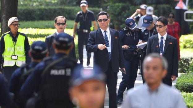 """""""Giải mã"""" đội vệ sỹ chạy theo xe ông Kim Jong Un - Ảnh 1."""