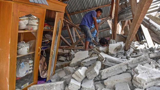 14 người chết trong trận động đất trên đảo du lịch Indonesia - Ảnh 1.