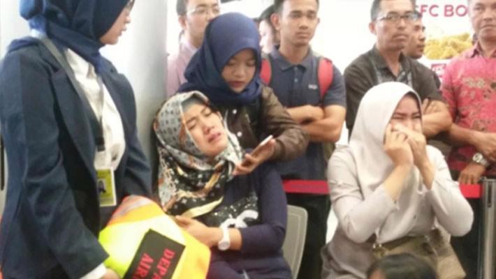 Indonesia tìm thấy nhiều mảnh vỡ của máy bay chở khách bị rơi - Ảnh 1.