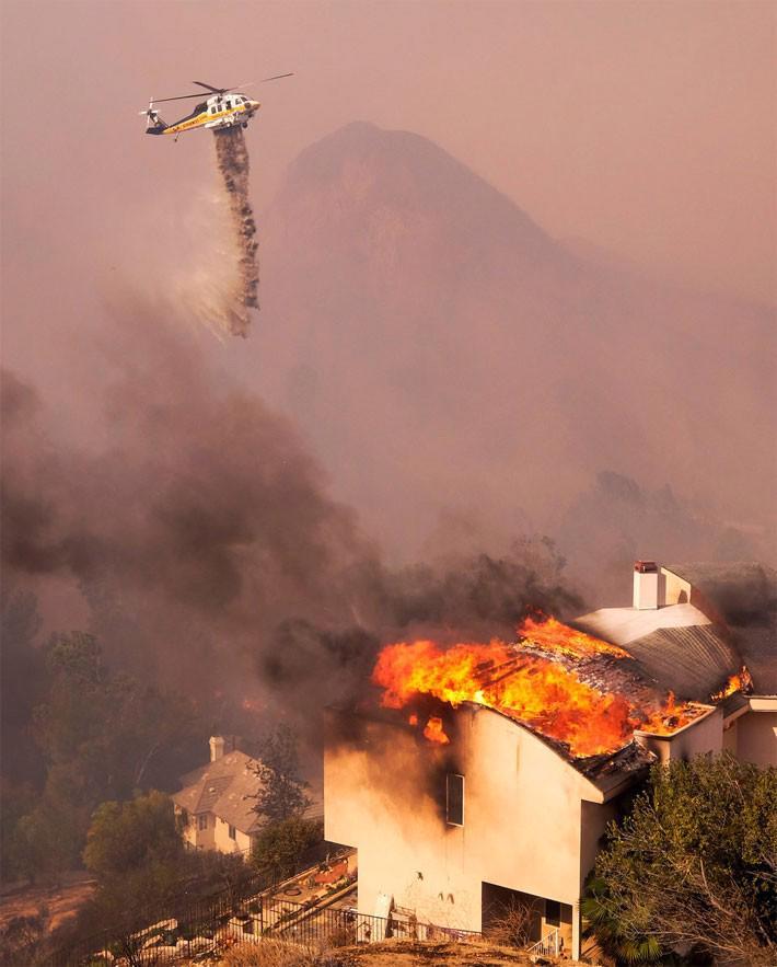 Cận cảnh vụ cháy rừng lịch sử khiến ít nhất 31 người thiệt mạng ở California - Ảnh 2.