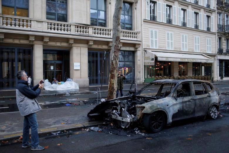 Paris tính ban bố tình trạng khẩn cấp sau cuộc bạo loạn cuối tuần - Ảnh 2.