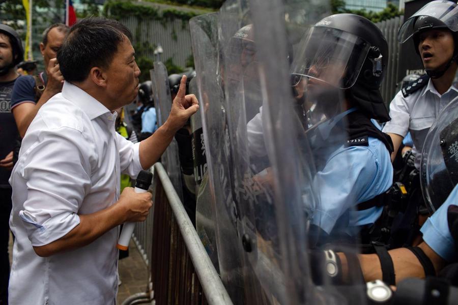 Biển người biểu tình vây tòa nhà nghị viện Hong Kong - Ảnh 3.