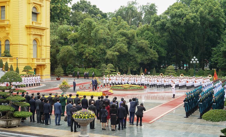 Thủ tướng Nguyễn Xuân Phúc đón và hội đàm với Thủ tướng Nhật Bản - Ảnh 2.