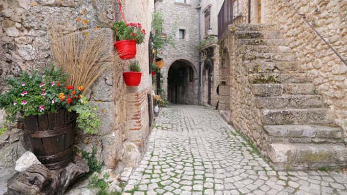 Thêm một ngôi làng Italy tặng tiền để mời cư dân - Ảnh 1.