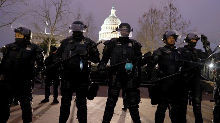 Chùm ảnh người biểu tình thân ông Trump tấn công tòa nhà Quốc hội Mỹ - Ảnh 2.