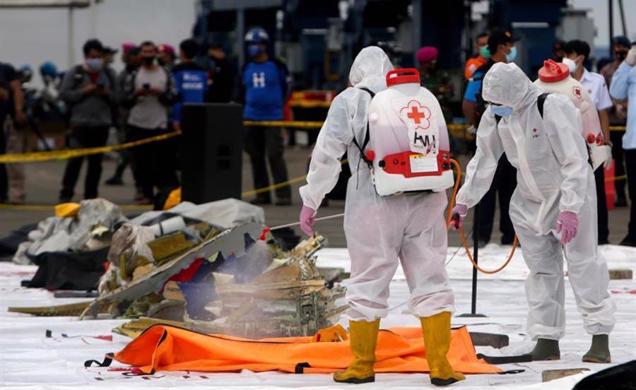 Hiện trường máy bay rơi làm 62 người chết ở Indonesia - Ảnh 2.