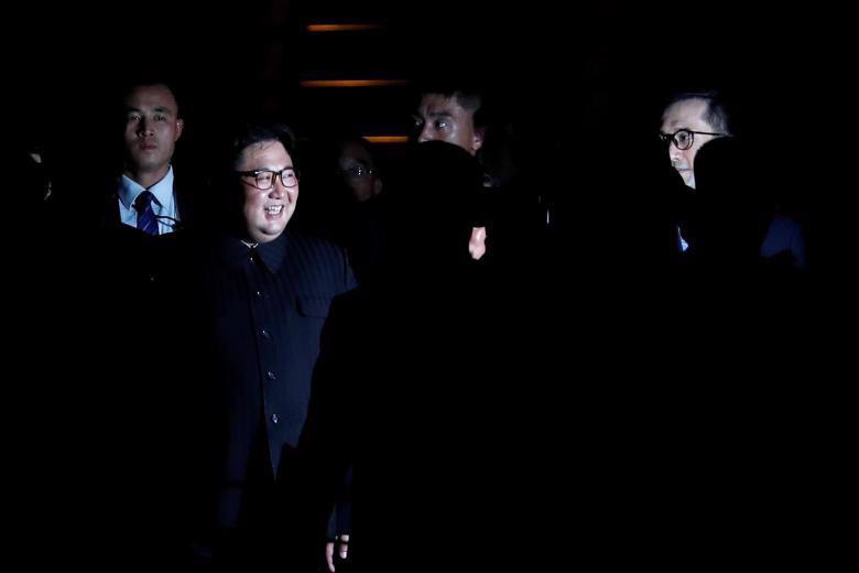 Chùm ảnh ông Kim Jong Un đi dạo đêm ở Singapore - Ảnh 2.