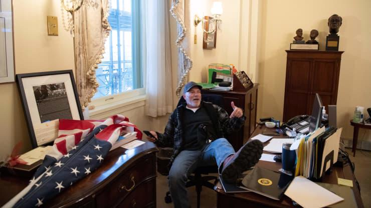 Chùm ảnh người biểu tình thân ông Trump tấn công tòa nhà Quốc hội Mỹ - Ảnh 20.