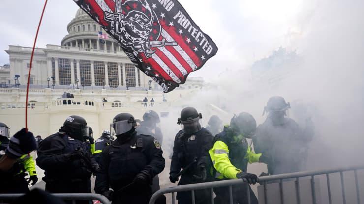 Chùm ảnh người biểu tình thân ông Trump tấn công tòa nhà Quốc hội Mỹ - Ảnh 21.