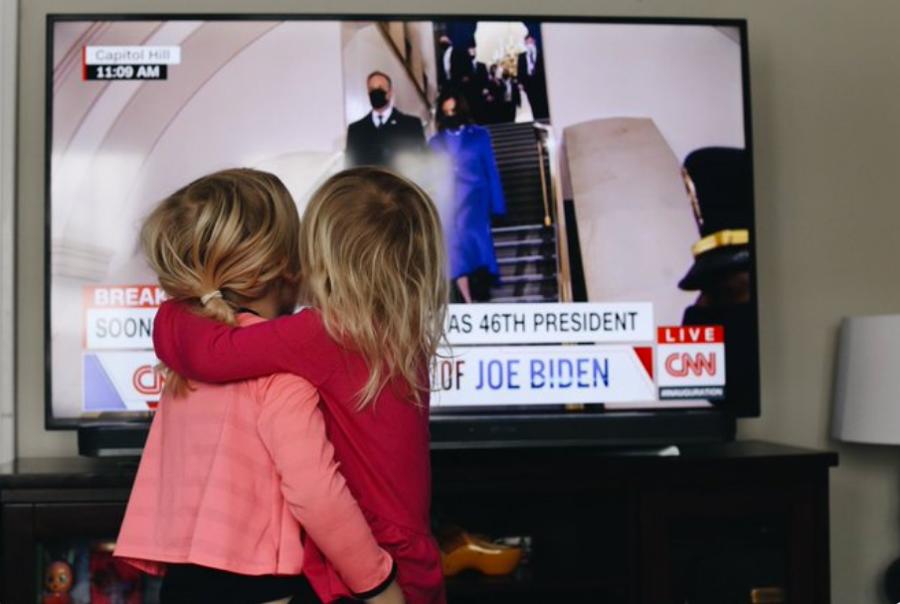 Bị phong tỏa và giãn cách, dân Mỹ theo dõi ông Biden nhậm chức thế nào? - Ảnh 7