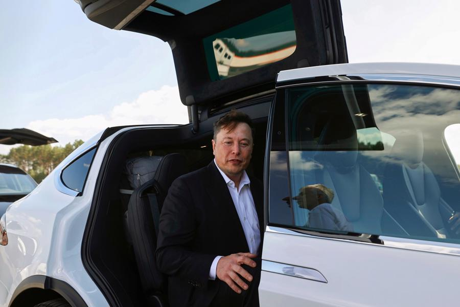 """Tesla bất ngờ đổi tên loạt chức danh lãnh đạo, CFO thành """"Bậc thầy về coin"""" - Ảnh 1."""