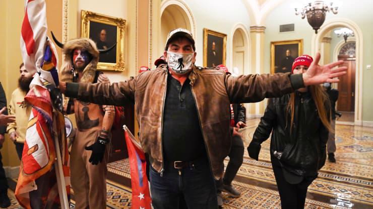 Chùm ảnh người biểu tình thân ông Trump tấn công tòa nhà Quốc hội Mỹ - Ảnh 22.