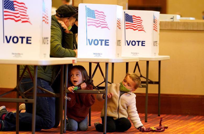 Người Mỹ đi bỏ phiếu chọn Tổng thống, ngày bầu cử êm xuôi - Ảnh 19.