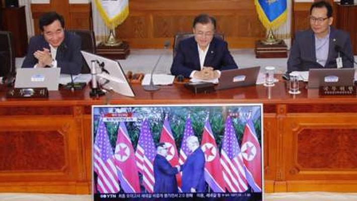 Hai ông Trump và Kim Jong Un bắt tay, bước vào cuộc gặp thượng đỉnh - Ảnh 3.