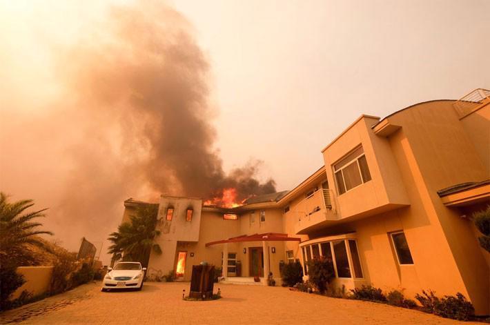 Cận cảnh vụ cháy rừng lịch sử khiến ít nhất 31 người thiệt mạng ở California - Ảnh 3.