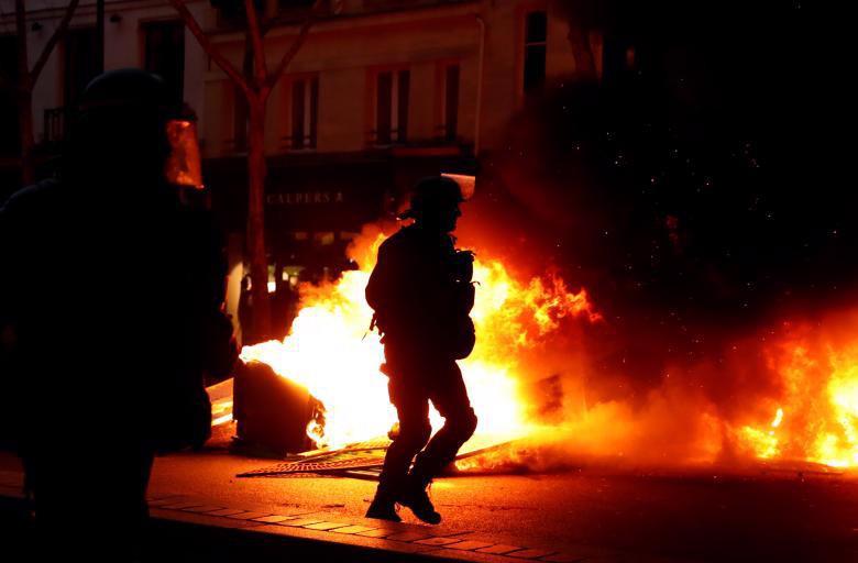 """Biểu tình """"áo vàng"""" lại gây hỗn loạn ở Paris - Ảnh 6."""