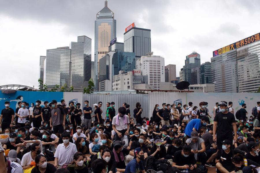 Biển người biểu tình vây tòa nhà nghị viện Hong Kong - Ảnh 4.