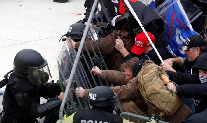 Người biểu tình ủng hộ ông Trump tấn công tòa nhà Quốc hội Mỹ - Ảnh 2.
