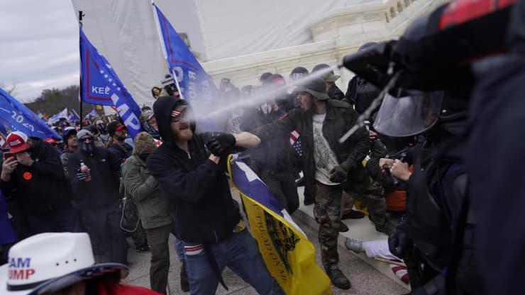 Chùm ảnh người biểu tình thân ông Trump tấn công tòa nhà Quốc hội Mỹ - Ảnh 3.