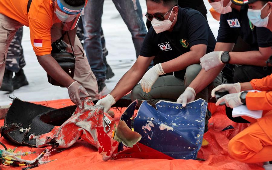 Hiện trường máy bay rơi làm 62 người chết ở Indonesia - Ảnh 6.