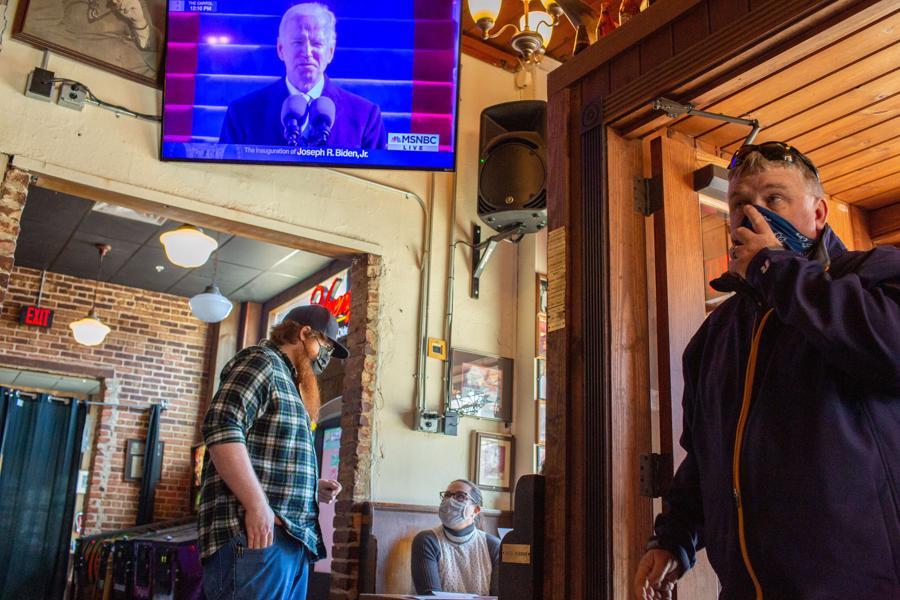 Bị phong tỏa và giãn cách, dân Mỹ theo dõi ông Biden nhậm chức thế nào? - Ảnh 15