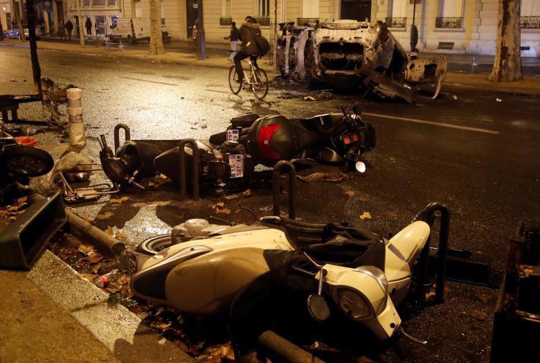 Paris tính ban bố tình trạng khẩn cấp sau cuộc bạo loạn cuối tuần - Ảnh 4.