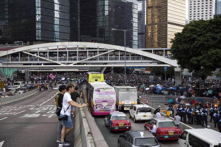 Biển người biểu tình vây tòa nhà nghị viện Hong Kong - Ảnh 5.