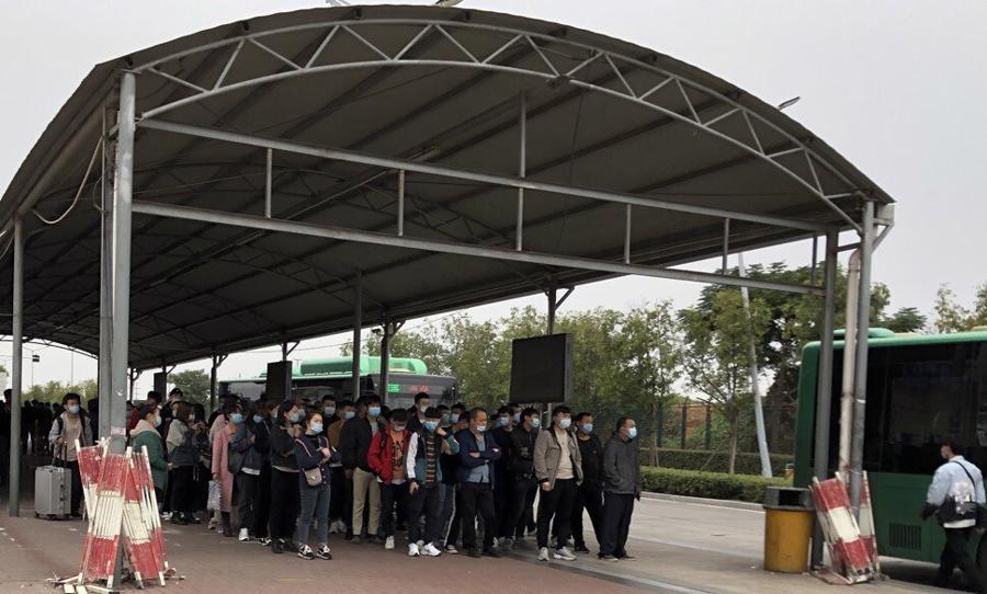 """Guồng quay hết tốc lực tại """"thành phố iPhone"""" Trung Quốc - Ảnh 2."""