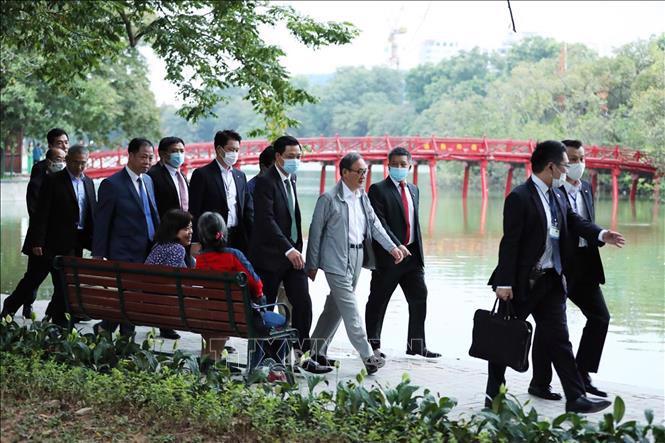Chùm ảnh Thủ tướng Nhật dạo bộ bờ Hồ Hồ Kiếm - Ảnh 11.