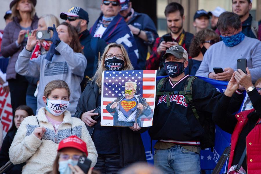 """Hàng nghìn người ủng hộ ông Trump xuống đường biểu tình, đòi """"chấm dứt gian lận bầu cử"""" - Ảnh 7."""