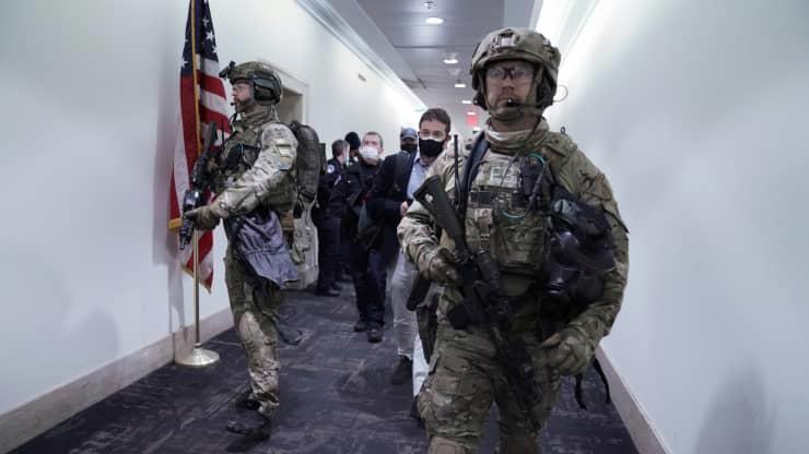 Chùm ảnh người biểu tình thân ông Trump tấn công tòa nhà Quốc hội Mỹ - Ảnh 4.