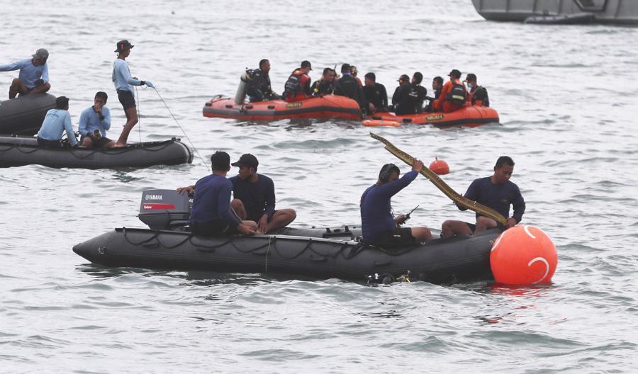Hiện trường máy bay rơi làm 62 người chết ở Indonesia - Ảnh 4.