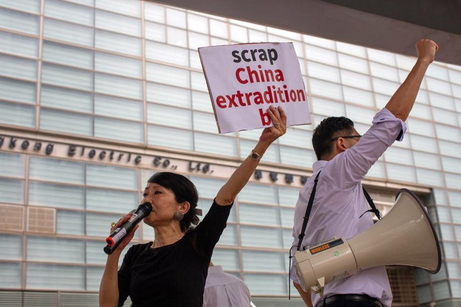 Biển người biểu tình vây tòa nhà nghị viện Hong Kong - Ảnh 6.