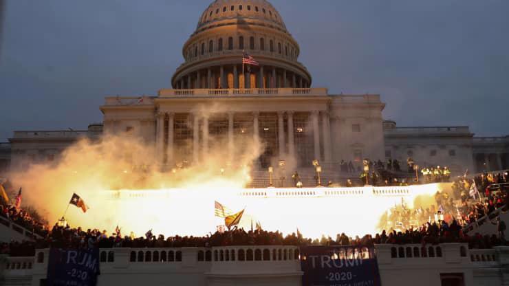 Chùm ảnh người biểu tình thân ông Trump tấn công tòa nhà Quốc hội Mỹ - Ảnh 5.