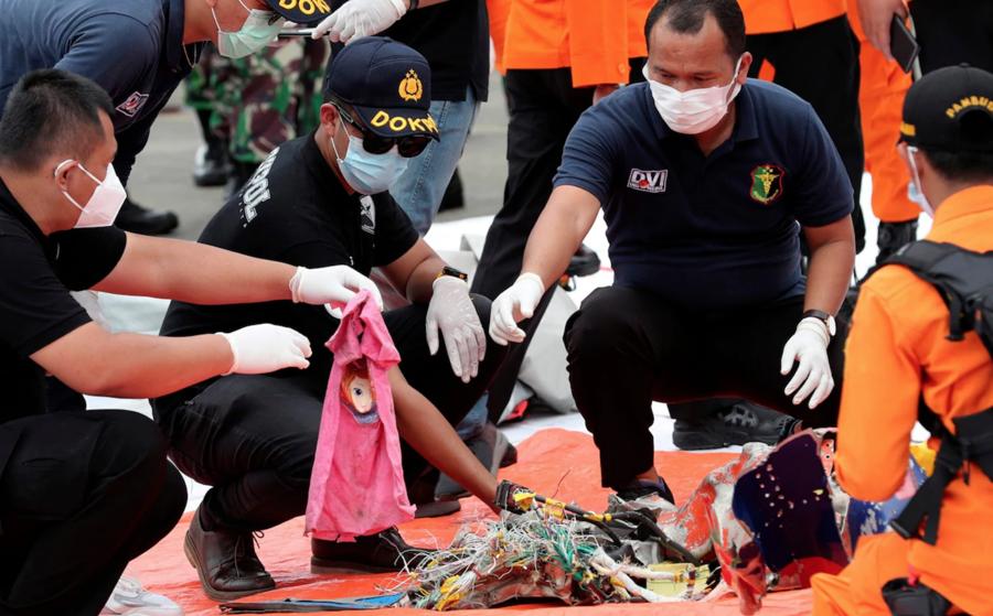 Hiện trường máy bay rơi làm 62 người chết ở Indonesia - Ảnh 5.