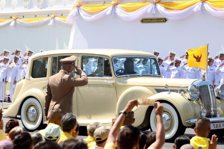 Vua Vajiralongkorn của Thái Lan chính thức đăng quang - Ảnh 6.