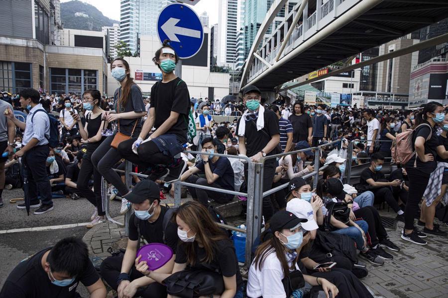 Biển người biểu tình vây tòa nhà nghị viện Hong Kong - Ảnh 7.