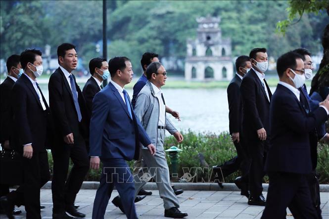 Chùm ảnh Thủ tướng Nhật dạo bộ bờ Hồ Hồ Kiếm - Ảnh 9.