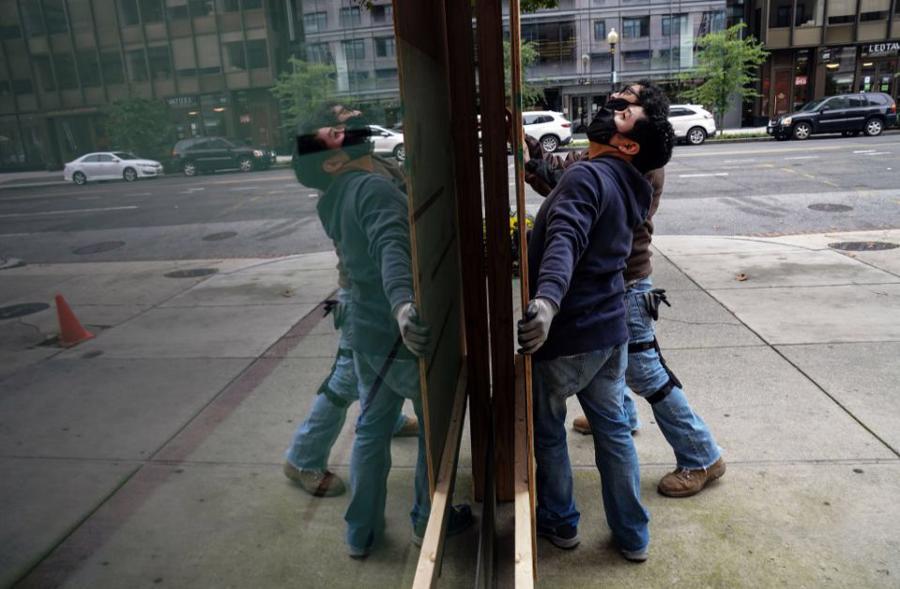 Hàng quán tại Mỹ gấp rút gia cố đề phòng biểu tình hậu bầu cử - Ảnh 4.