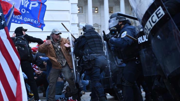 Chùm ảnh người biểu tình thân ông Trump tấn công tòa nhà Quốc hội Mỹ - Ảnh 6.