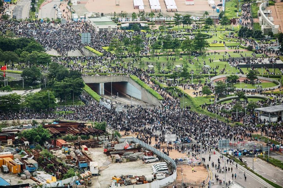 Biển người biểu tình vây tòa nhà nghị viện Hong Kong - Ảnh 8.