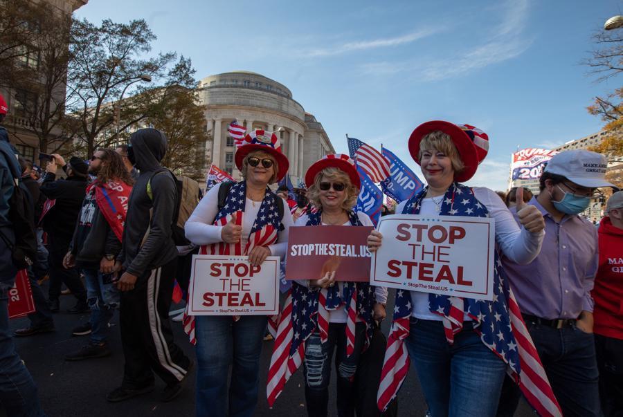 """Hàng nghìn người ủng hộ ông Trump xuống đường biểu tình, đòi """"chấm dứt gian lận bầu cử"""" - Ảnh 9."""