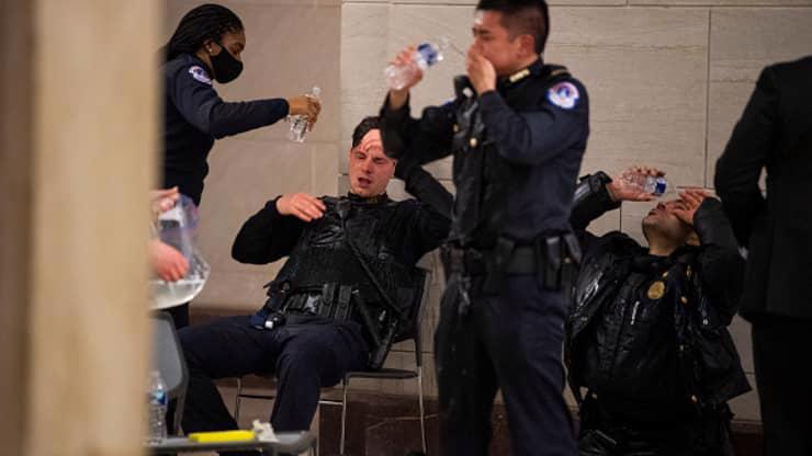 Chùm ảnh người biểu tình thân ông Trump tấn công tòa nhà Quốc hội Mỹ - Ảnh 7.
