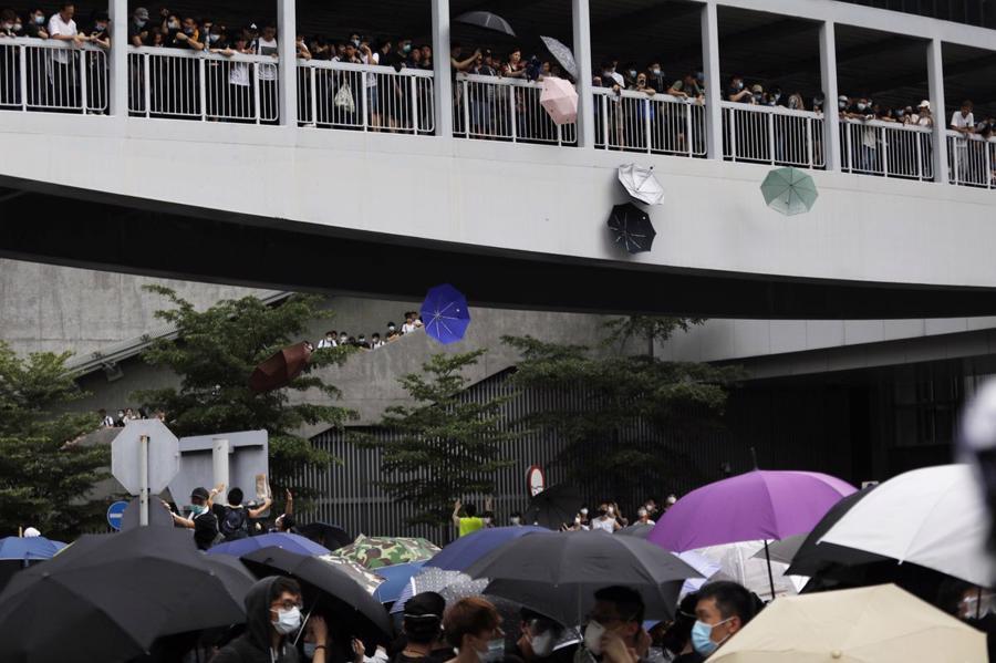 Biển người biểu tình vây tòa nhà nghị viện Hong Kong - Ảnh 9.