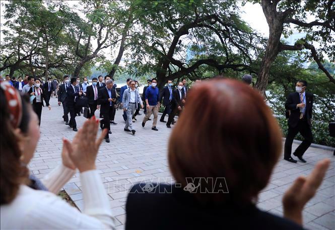 Chùm ảnh Thủ tướng Nhật dạo bộ bờ Hồ Hồ Kiếm - Ảnh 2.