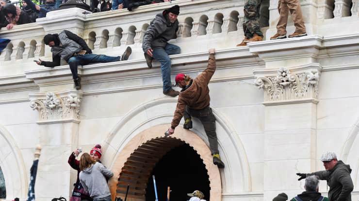 Chùm ảnh người biểu tình thân ông Trump tấn công tòa nhà Quốc hội Mỹ - Ảnh 8.