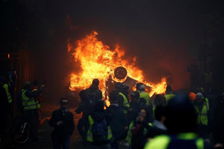 Paris tính ban bố tình trạng khẩn cấp sau cuộc bạo loạn cuối tuần - Ảnh 9.